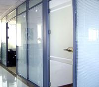 Конструкции из закаленного стекла триплекс. Входные группы, двери, перегородки.